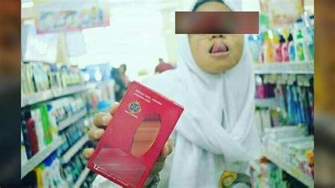 Alat Pembersih Lidah Bayi foto siswi smp berjilbab yang julurkan lidah ini bikin heboh perhatikan benda di tangannya