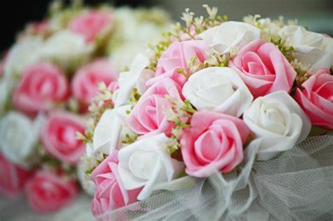 mazzo di fiori bianchi bel mazzo di fiori bianchi e rosa scaricare foto gratis