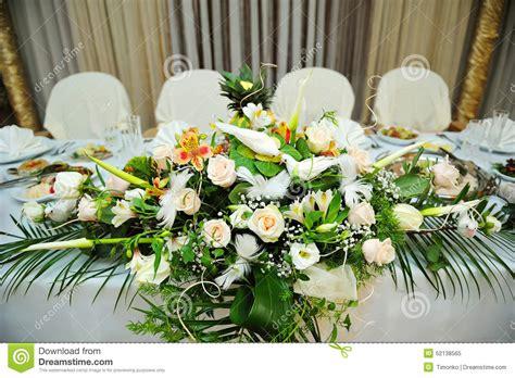 bouquet blanc des fleurs sur des jeunes mari 233 s joyeux de