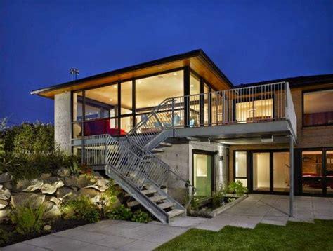 arsitektur desain rumah dua lantai  tangga luar