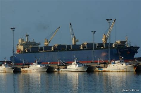 porto di corigliano corigliano calabro nave e pescherecci nel porto di