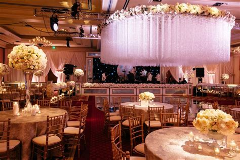 Reception Décor Photos   Ivory Flowers on Tables and