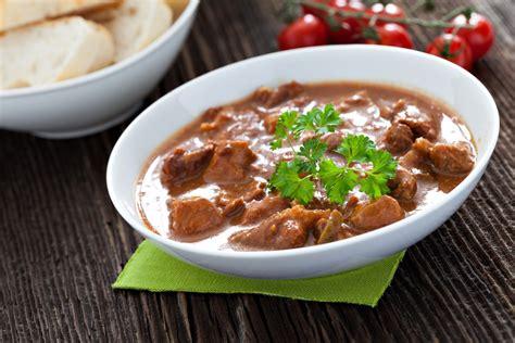 cucinare il gulash gulasch di manzo la ricetta per preparare il gulasch di manzo
