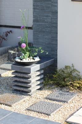 Dc 684 Feed Scoop 544 門柱 に平板と磨いた石材を組み合わせた花台 施工例1