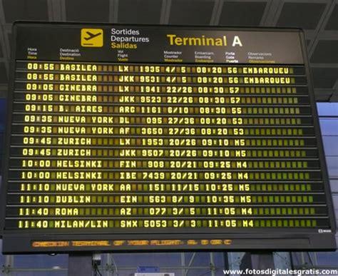 aeropuerto de malaga salidas internacionales panel anuncios partidas y llegadas de vuelos en aeropuerto