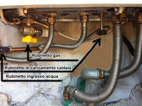 rubinetto caldaia come riconoscere i tubi di allacciamento sotto la caldaia