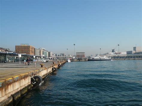 napoli porto beverello file banchina molo beverello jpg wikimedia commons