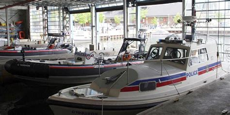 boat store ontario toronto police marine unit helps in lake ontario rescue
