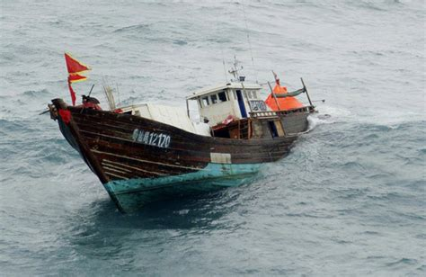 fishing boat sinks fishermen rescued from sinking boat