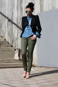 what color shirt goes with olive green カーキ色のパンツコーデ 着こなしレディース海外スナップ特集 lifeinfo