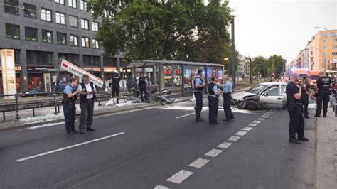 Berlin Auto Rast In Haltestelle by Warschauer Stra 223 E Opel Kracht In Tram Haltestelle B Z