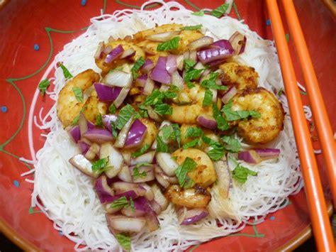 cuisine thailandaise facile on part en voyage avec cette salade tha 239 aux crevettes