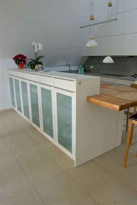 küche mit licht schränken tv wohnwand