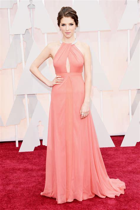 oscars 2015 red carpet arrivals khloe kardashian gets twitter hate for anna kendrick oscar