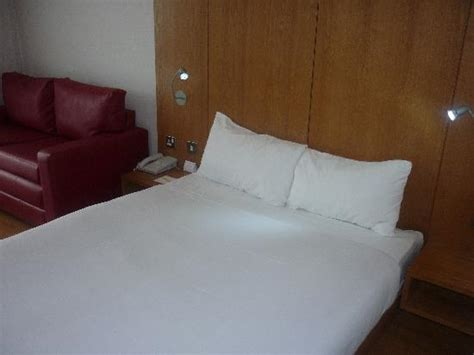 comfy bed pillows the room picture of ramada encore barnsley dodworth