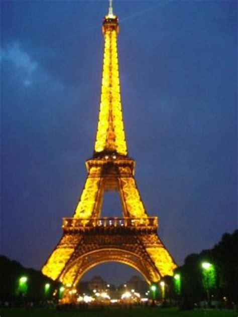 La Torre Eiffel (Tour Eiffel, en francés), inicialmente nombrada torre de 330 metros (tour de 33