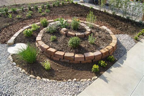 kraeuterschnecke  pflanzt man eine kraeuterspirale