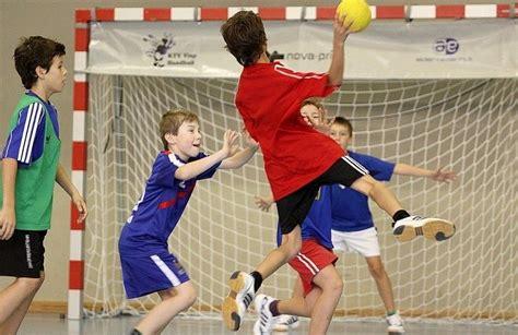 imagenes de niños jugando al handbol tr 225 fico de menores en el balonmano formativo valonmano con v