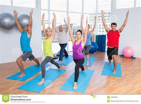 imagenes haciendo yoga gente con las manos aumentadas haciendo yoga imagen de