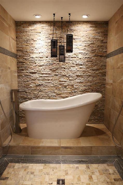 wand mit steinen verkleiden steinfliesen an der wand im badezimmer 30 ideen