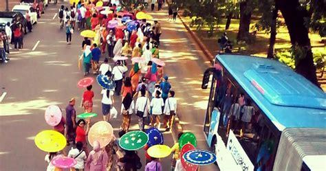 Kelom Geulis Tasik 25 travelplusindonesia ribuan payung geulis tasik bikin peserta karnaval ini til centil dan cantik