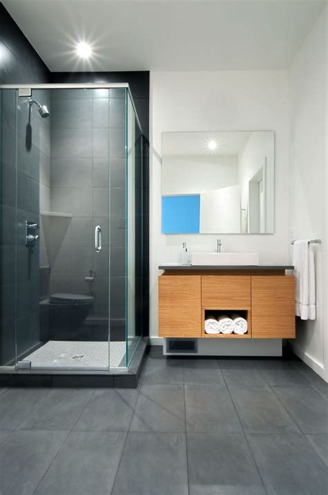 Superbe Frise Mosaique Salle De Bain #2: Carrelage-salle-de-bain-grise-et-bois-meuble-moderne.jpg