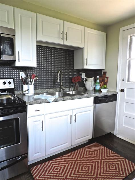 Increíble  Islas Para Cocina #9: Gail-Fedela-cocina-pared-negra-alfombra-roja.jpeg