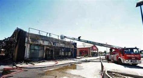 consolato australiano a roma rovigo incendio distrugge mcdonald s si salvano clienti