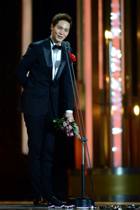 kdrama awards 2015 joo won takes home the daesang for yongpal at the 2015 sbs