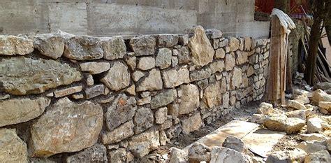 muri rivestiti in legno muro in cemento armato rivestito in pietra naturale