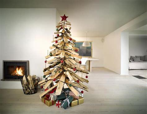 weihnachtsbaum aus holzscheiten