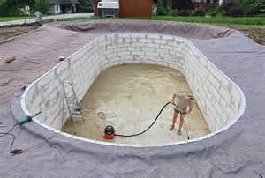 schwimmbad selbst bauen anleitung pool selber bauen kunstrasen garten
