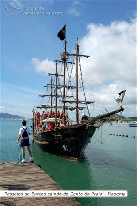 barco pirata itapema foto barco pirata saindo do canto da praia para um passeio