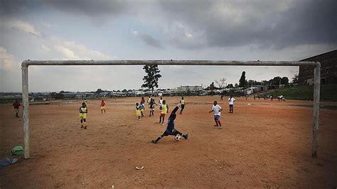 imagenes de niños indigenas jugando nios jugando al ftbol en frica abc es