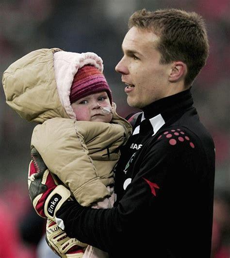 rober enke robert enke german goalkeeper kills himself
