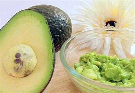 manfaat masker buah alpukat  kulit wajah berjerawat