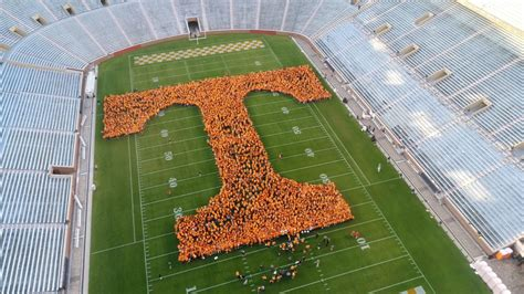 Does Ut Knoxville An Mba Program by Ut Breaks Guinness World Record For Largest Human Letter