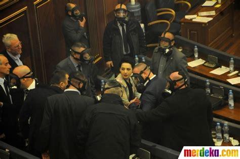 Masker Gas Air Mata foto kacaunya rapat parlemen diwarnai gas air mata merdeka