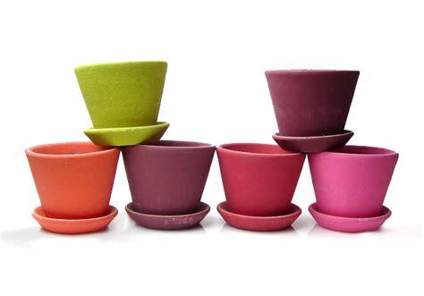 vasi di terracotta colorati gli attrezzi per il giardinaggio il kit giusto