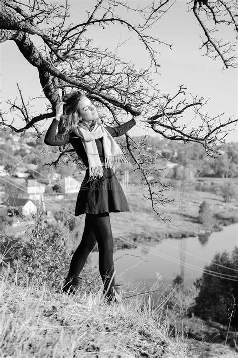 imagenes en blanco y negro muy bonitas imagen blanco y negro de la se 241 ora bonita joven foto de