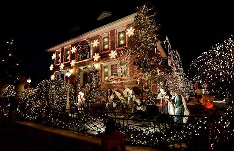 christmas decorations are on display on a house in the