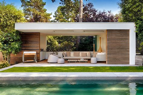 modern house backyard moderne poolhouse in hout en cr 233 pi bogarden poolhouse