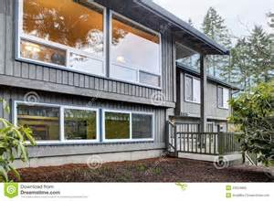 split-level-brown-grey-house-front-exterior-stock-photos