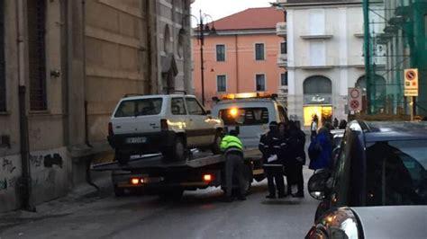 polizia municipale napoli ufficio contravvenzioni multe a raffica e carro attrezzi in azione a corso europa