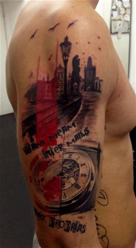 tatuaż ramię zegar napisy miasto przez tribo tattoo