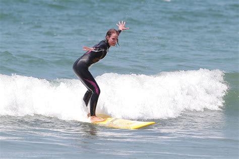 helen hunt surfing helen hunt photos photos ride stars go surfing in la