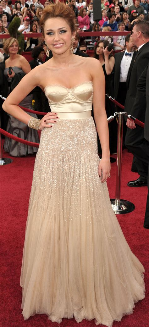 Oscars Carpet Miley Cyrus by Miley Cyrus Oscars 2010 Photos Golden Strapless With