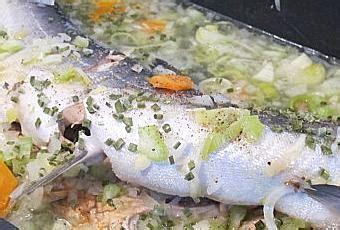 cuisiner un saumon entier saumon entier aux petits l 233 gumes 192 lire