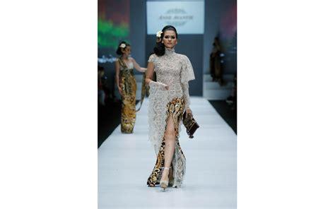 Kebaya Wulandari ide aksesori untuk teman kebaya dari koleksi kebaya avantie di jakarta fashion week 2017