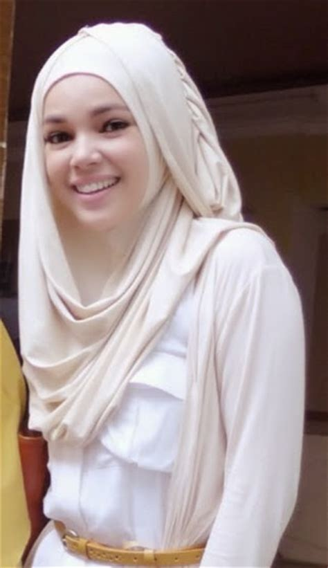 Vania Jilbab Biru Hitam Putih gaya model jilbab hana dewi